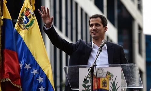 Juan Guaido phát biểu trước đám đông ủng hộ ở Caracas ngày 23/1. Ảnh: AFP.