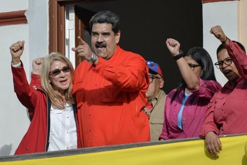 Nicolas Maduro phát biểu trước người ủng hộ bên ngoài