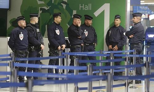 Cảnh sát tại sân bay Charles de Gaulle tháng 5/2016. Ảnh: Reuters.