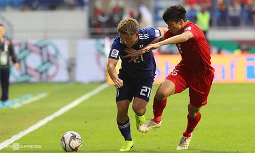 Đoàn Văn Hậu (áo đỏ) tranh chấp bóng với cầu thủ Nhật Bản. Ảnh: Đức Đồng.