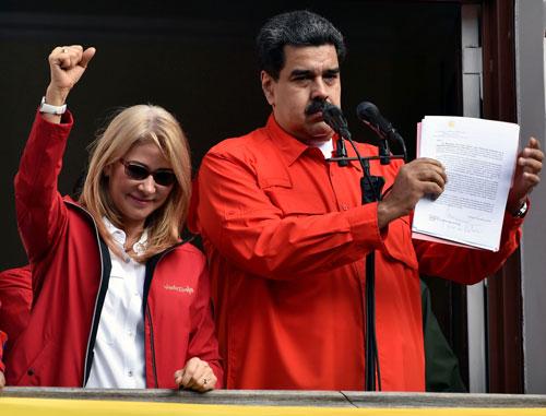 Tổng thống Maduro (phải) kêu gọi sự trung thành của quân đội, tuyên bố cắt đứt quan hệ ngoại giao với Mỹ. Ảnh: AFP.