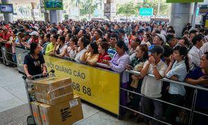 Sân bay Tân Sơn Nhất đông nghịt người đón Việt kiều về quê ăn Tết