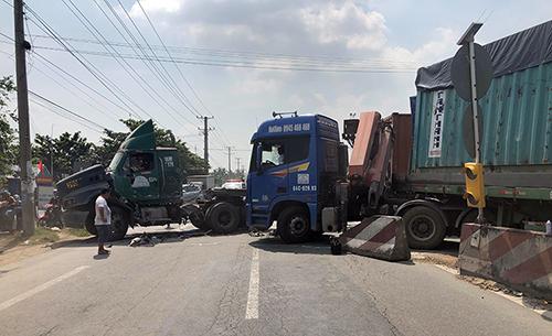 Hiện trường hai xe container đâm nhau trên quốc lộ 1A, đoạn qua Vĩnh Long. Ảnh: Cửu Long