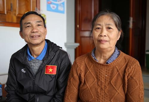 Vợ chồng ông Bảy tại nhà riêng trước giờ diễn ra trận đấu giữa Việt Nam và Nhật Bản. Ảnh: Nguyễn Hải.