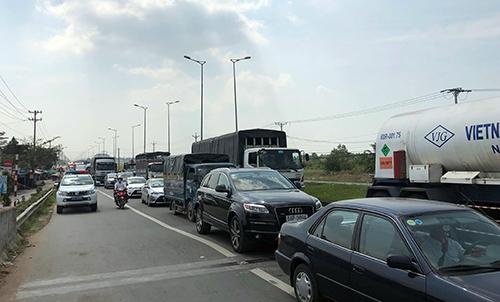 Vụ tai nạn gây kẹt xe nhiều km trên quốc lộ 1A. Ảnh: Cửu Long