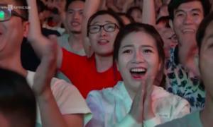 CĐV reo hò khi VAR từ chối bàn thắng của tuyển Nhật Bản