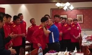 Thầy Park hôn má Công Phượng trong ngày sinh nhật