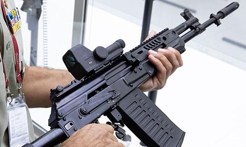 Súng trường tấn công AK-308 trong triển lãm Army tại Nga. Ảnh: AP.
