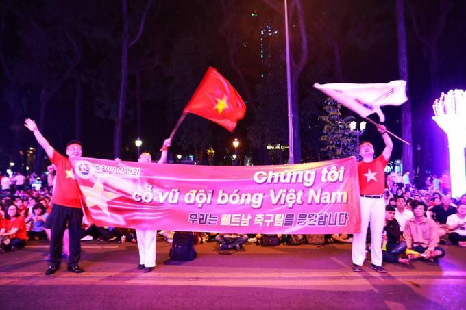 Người hâm mộ Sài Gòn nhảy mừng bàn thắng bị hủy của Nhật Bản