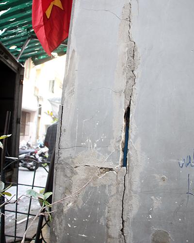 Tường căn hộ E01 của ông Hồ Hưng Thịnh bị nứt toác, nặng nhất chung cư. Ảnh: Duy Trần.