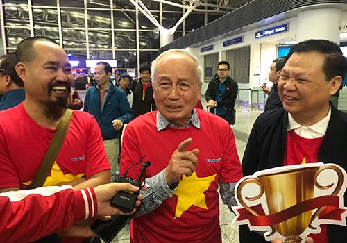 Ông Lê Trung Lịch, 80 tuổi ở quận Thanh Xuân, Hà Nội (giữa) cho biết, ôngtừng ba lần ra nước ngoài cổ vũ cho đội tuyển.