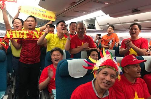 Đoàn cổ động viên Việt Nam đi máy bay sang cổ vũ đội tuyển. Ảnh: Đoàn Loan