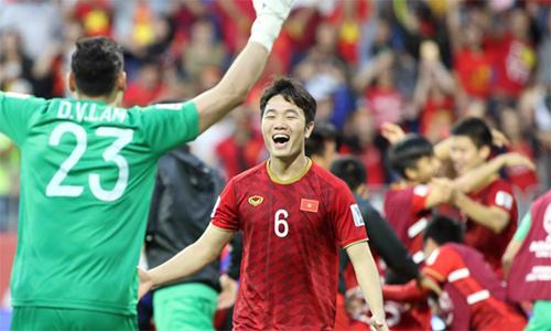 Xuân Trường và các đồng đội vui mừng sau khi giành quyền đá tứ kết Asian Cup. Ảnh: Anh Khoa.