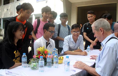 Sinh viên Đại học Bách khoa TP HCM tìm hiểu cơ hội nghề nghiệp với các doanh nghiệp nước ngoài. Ảnh: Mạnh Tùng.