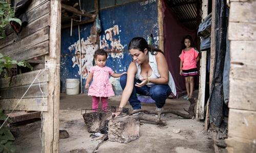 Andrea và hai con gái trong ngôi nhà nhỏ tạm bợ ở Colombia. Ảnh: IRC.