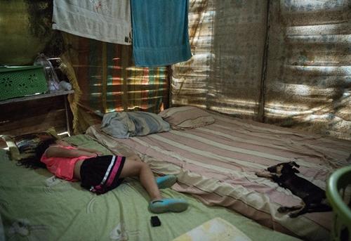 Con gái lớn của Andrea ngủ trong căn phòng dựng bằng ván gỗ. Ảnh: IRC.