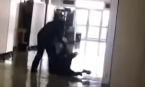 Không kiềm chế được cơnnóng giận, thầy giáo dùng đến bạo lực. Ảnh: SCMP