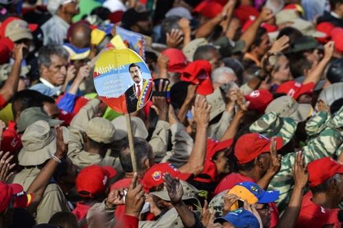 Người ủng hộ Maduro tập trung trước dinh tổng thống để nghe ông tuyên bố cắt đứt quan hệ ngoại giao với Mỹhôm 23/1. Ảnh: AFP.
