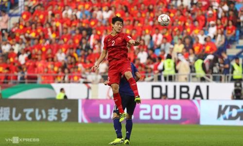 Trung vệ Duy Mạnh (áo đỏ) trong một pha tranh chấp với cầu thủ Nhật Bản. Ảnh: Đức Đồng.