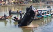 Trục vớt ôtô và 3 thi thể dưới sông Thu Bồn