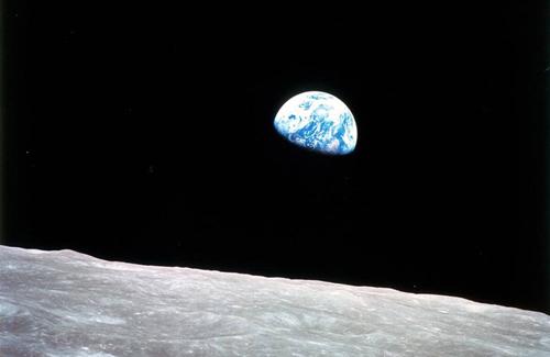 Trái Đất và một phần bề mặt Mặt Trăng do phi hành gia tàu Apollo 8 chụp năm 1968. Ảnh: NASA.