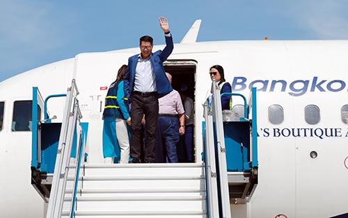 Những hành khách đầu tiên bước ra khỏi máy bay. Ảnh: Xuân Ngọc