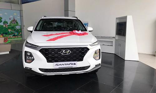 Hyundai Santa Fe 2019 trưng bày tại một đại lý ở Hà Nội.
