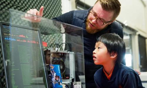Thầy Kieren Nolan hướng dẫn Seth về công nghệ Blockchain. Ảnh: Paul Jeffers