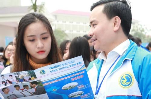 Giảng viên Đại học Giao thông vận tải tư vấn cho học sinh ở Nghệ An, Thanh Hóa trong ngày hội tư vấn tuyển sinh năm 2019. Ảnh: Đại học Giao thông vận tải