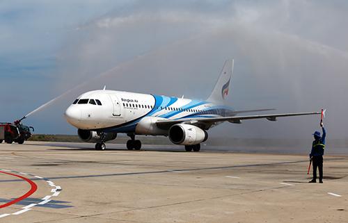 Máy bay Airbus A319 chở hơn 120 hành khách từ Thái Lan đầu tiên đến sân bay quốc tế Cam Ranh. Ảnh: Xuân Ngọc