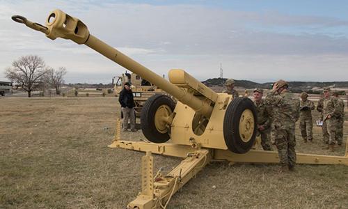 Binh sĩ Mỹ tham gia huấn luyện với lựu pháo D-30 do Liên Xô sản xuất. Ảnh: US Army.