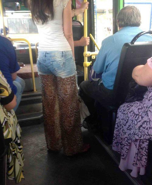 Chiếc quần khiến nhiều người giật mình.