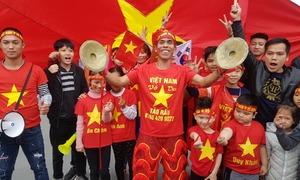 Người hâm mộ chào đón tuyển Việt Nam ở sân bay Nội Bài