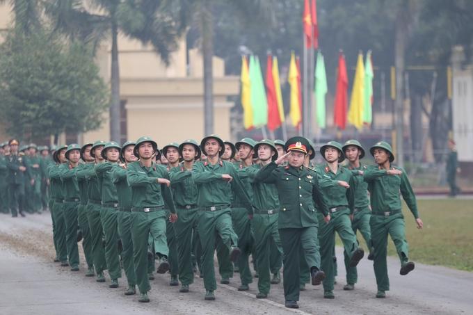 Chiến sĩ hôn quân kỳ trong ngày xuất ngũ