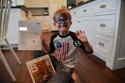 Hãng siêu sang Bentley gửi thư hồi đáp kèm một chiếc chụp trục vành xe. Ảnh: Popular Mechanics.