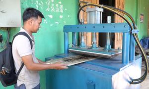 Chàng trai Đồng Nai chế tạo máy in logo trên gỗ