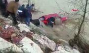 'Người hùng' ở Thổ Nhĩ Kỳ suýt bị lũ cuốn khi giải cứu cô gái mắc kẹt
