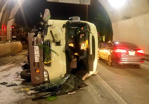 Xe khách hư hỏng sau tai nạn. Ảnh: N.T.