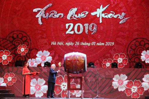 Tổng bí thư, Chủ tịch nước Nguyễn Phú Trọng đánh trống khai hội xuân. Ảnh: Giang Huy.