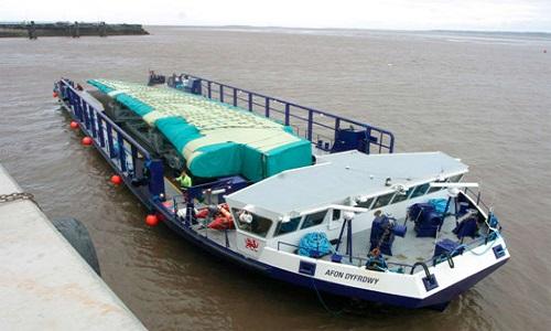 Sà lan vận chuyển bộ phận máy bay trên sông. Ảnh: CNN.
