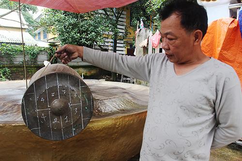 Ông Lê Minh Hiệp chia tỷ lệ trên chiêng nhỏ để làm chiêng lớn. Ảnh: Đắc Thành.