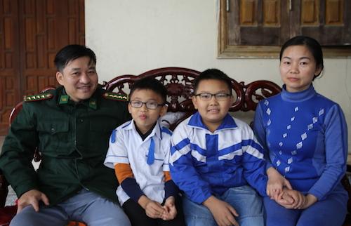 Vợ chồng anh Tài cùng hai con trai. Ảnh: Nguyễn Hải.