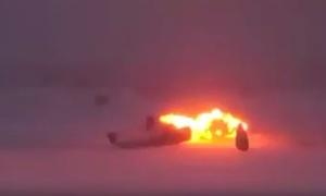 Cảnh oanh tạc cơ Nga gãy đôi, bốc cháy khi hạ cánh khẩn cấp