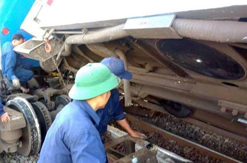 Nhân viên đường sắt khắc phục sự cố.Ảnh:Hữu Nguyên.
