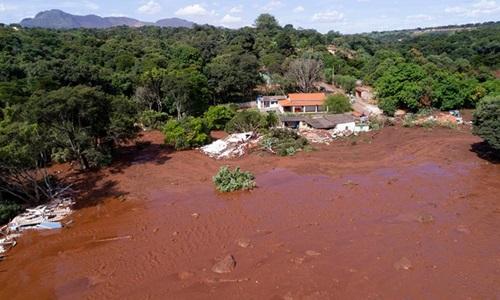 Bùn tràn vào khu dân cư thị trấn Brumadinho sau vụ vỡ đập. Ảnh: Reuters.