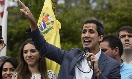 Thủ lĩnh đối lập Juan Guaido gặp người biểu tình tại Caracas ngày 26/1. Ảnh: AFP.