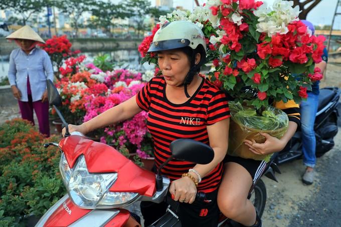 Thuyền hoa miền Tây tấp nập về Sài Gòn bán Tết