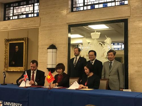 Bà Lê Thị Kim Chi - CEO Apollo English (ngoài cùng bên phải) tại Diễn đàn xúc tiến đầu tư và hợp tác giáo dục Việt Nam - Vương quốc Anh.