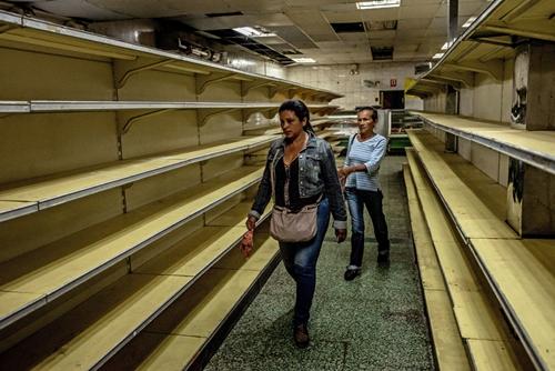 Kệ hàng trong một siêu thị ở Guaicaipuro trống rỗng vì khủng hoảng lương thực ở Venezuela hồi tháng 8/2018. Ảnh: New York Times.