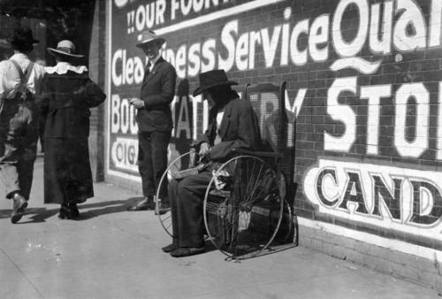 Người ăn xin mù ngồi xe lăn trên phố ở Lawton, bang Oklahoma, 1917. Ảnh: Lewis Hine/Library of Congress.